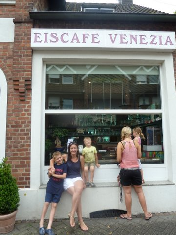 Family in front of ice cream shop in Ennigerloh, Germanz